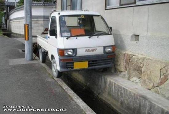 Auto na kanale, kierowca w kanale